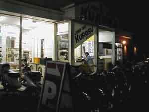 夜もご来店のお客様が多数いらっしゃいます。